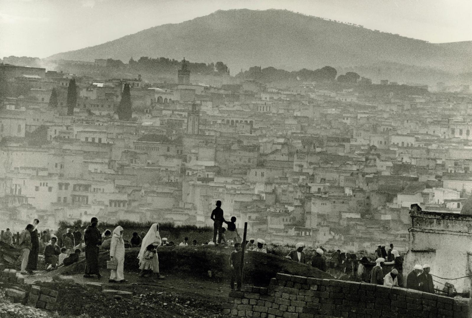 Le Soir depuis Bab Ftouh, Fès, 1969, tirage argentique vers 1990, 37,8x56,2cm. Estimation: 1200/1500€