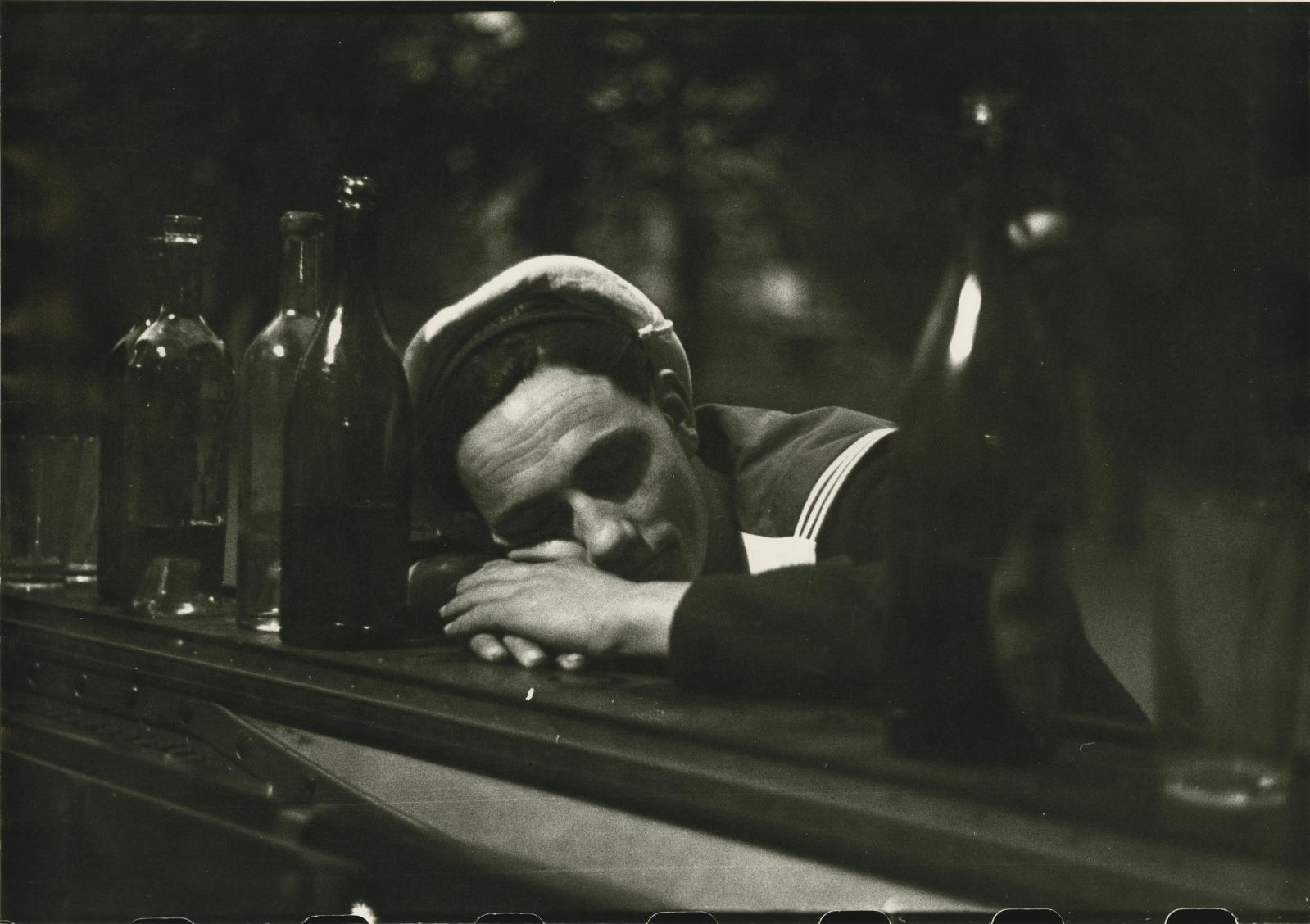 Le Marin endormi sur le piano du bal, place du Bourg-Tibourg, Paris 4e, vers 1945, tirage argentique vers 1990, 42x59,5cm. Estimation: