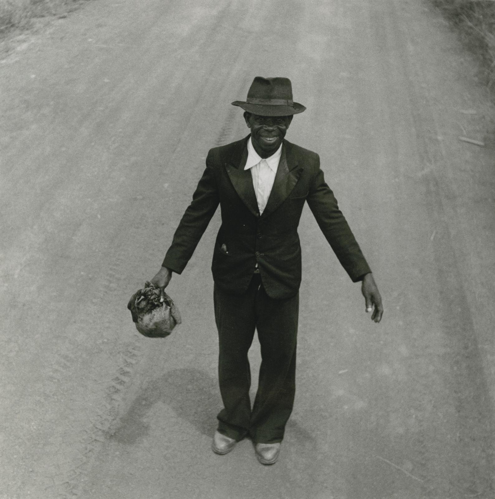 Un smoking sur la route de Dolisie, A.E.F, 1951, tirage argentique de l'exposition du Mam de 1983, 26,6 x 26,4 cm. Estimation: 400/600 €