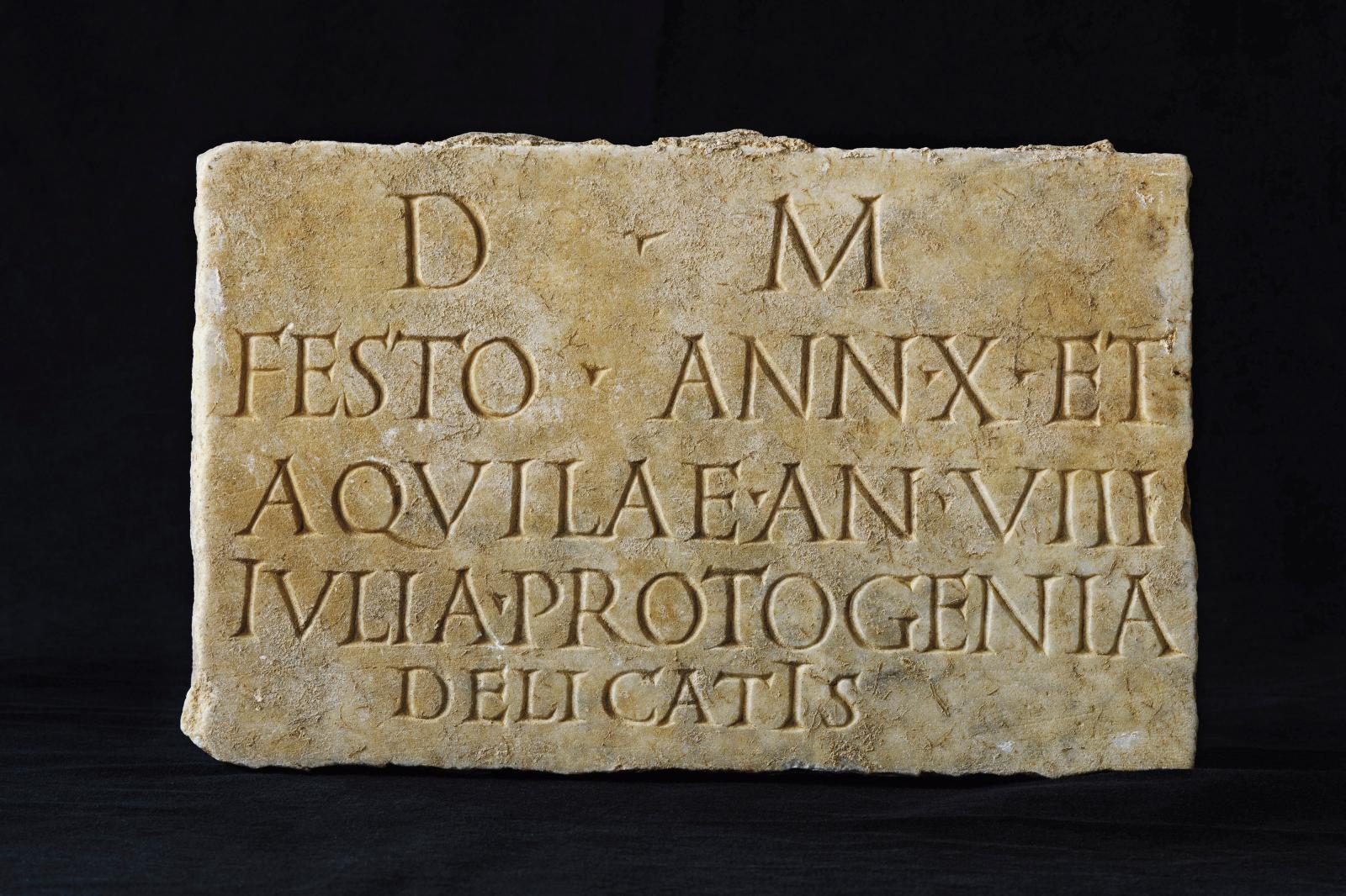 Plaque funéraire en marbre inscrite, Narbonne, site de la nécropole antique (Occitanie).