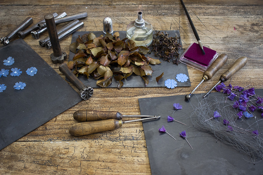 The tools William Amor uses to turn waste into noble pieces and floral jewellery in his studio.© William Amor, Créations Messagères
