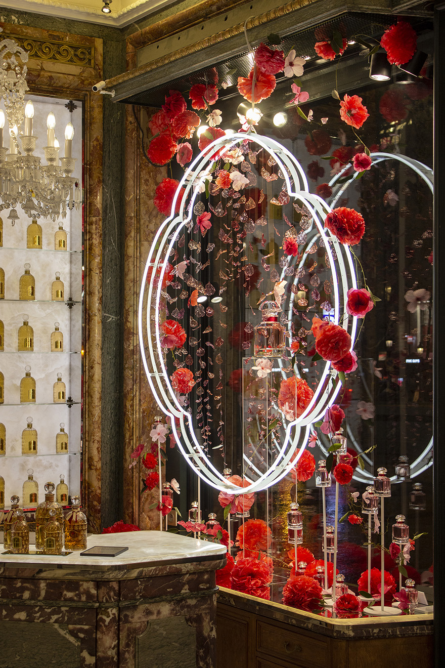 Guerlain window at 68, avenue des Champs-Elysées, Bloom of Rose floral installation.© William Amor, Créations Messagères