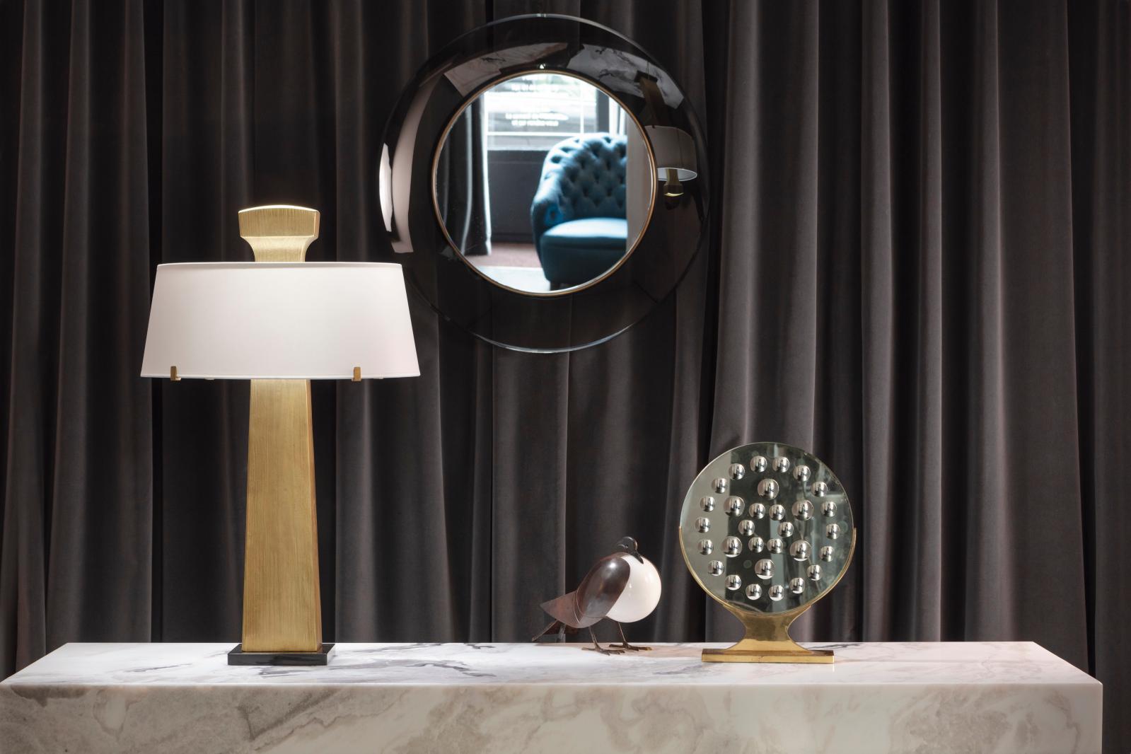 Lampe Patmos d'Hervé Van der Straeten pour Alexandre Biaggi,lampe Pigeon de François-Xavcier Lalanne, deux miroirs Fontana Arte. © CECIL M