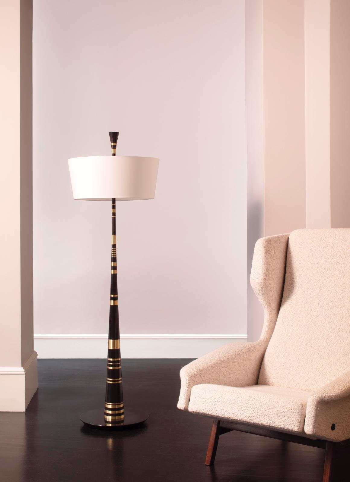 LampadaireTwiggyd'Hervé Van der Straeten, bronze et marbre, et fauteuil de Gianfranco Frattini. © Cécil Mathieu /Alexandre Biaggi