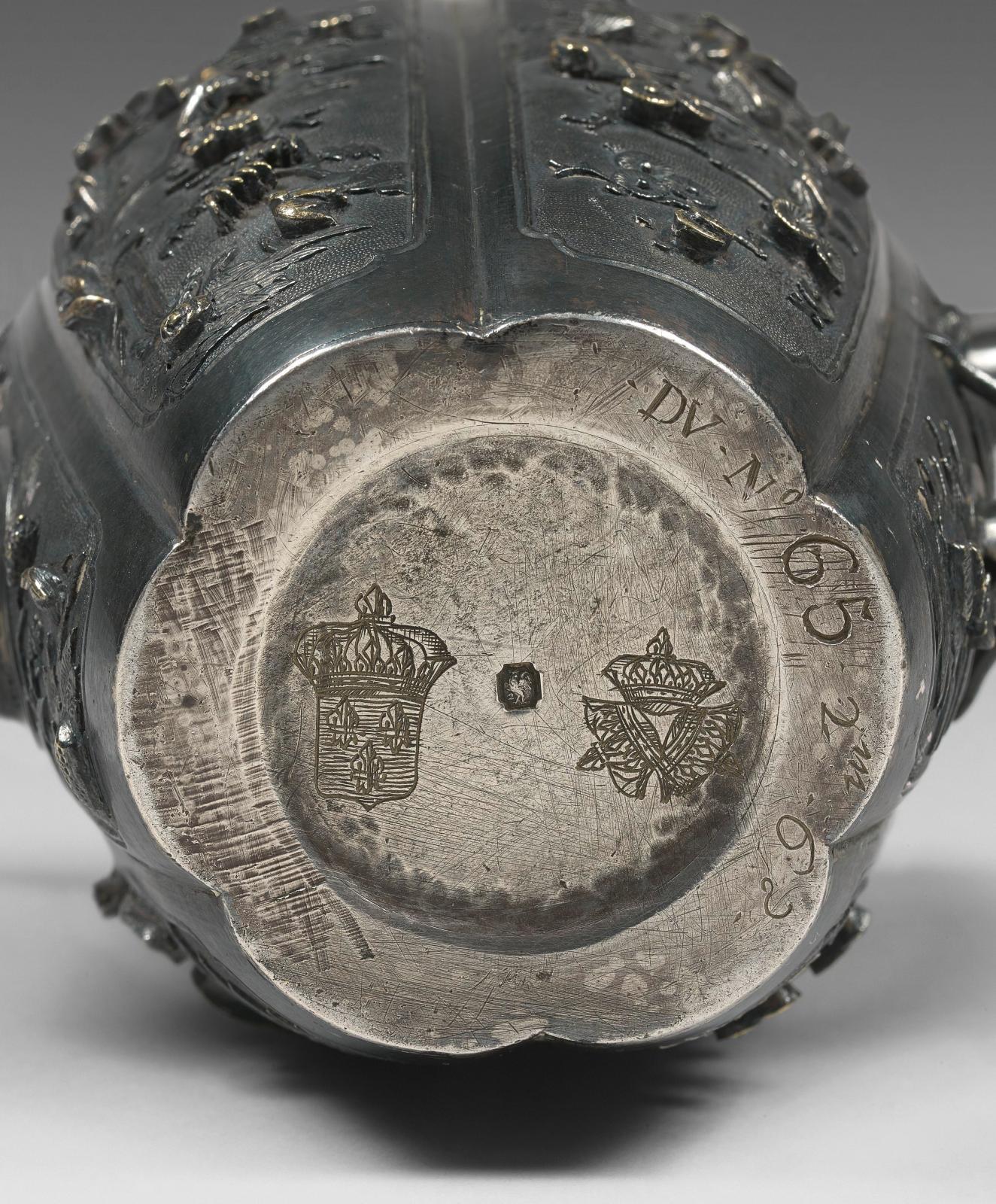 Sous le fond de la verseuse avant restauration, les marques de la Couronne et le numéro d'inventaire.