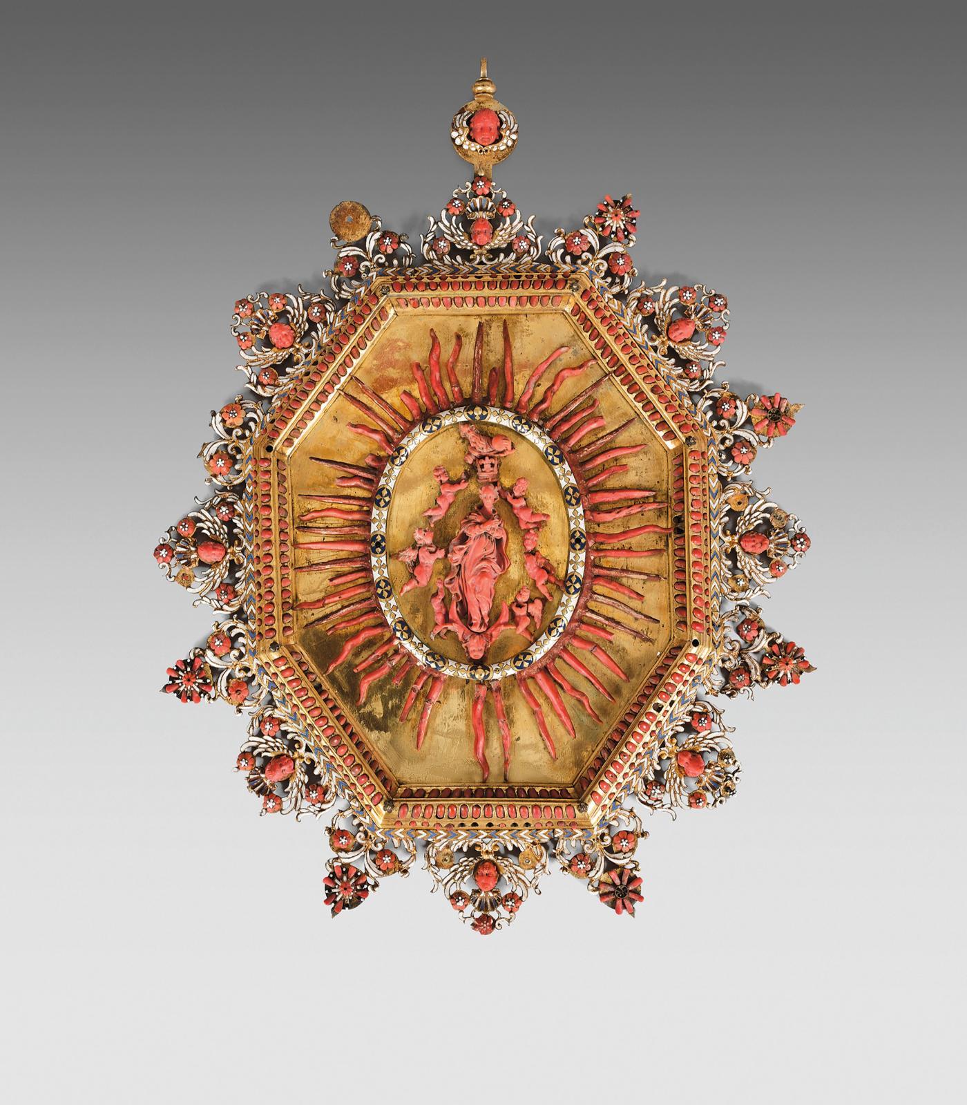 Trapani, Sicile, début du XVIIesiècle. Grand médaillon à suspendre en laiton doré orné d'une Assomption de la Vierge en corail, inscrite