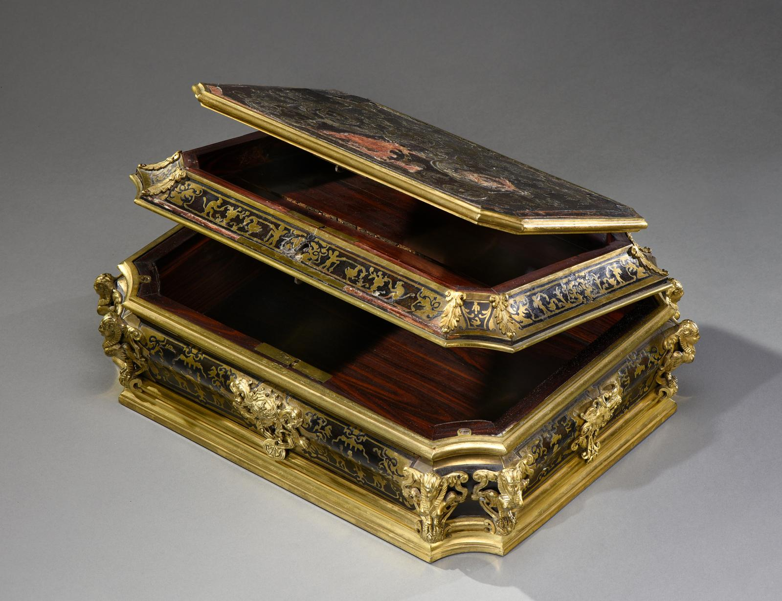 Moulded, curved Louis XIV case, late 17th to early 18th century, brown tortoiseshell veneer and engraved brass inlay, interior in violet w