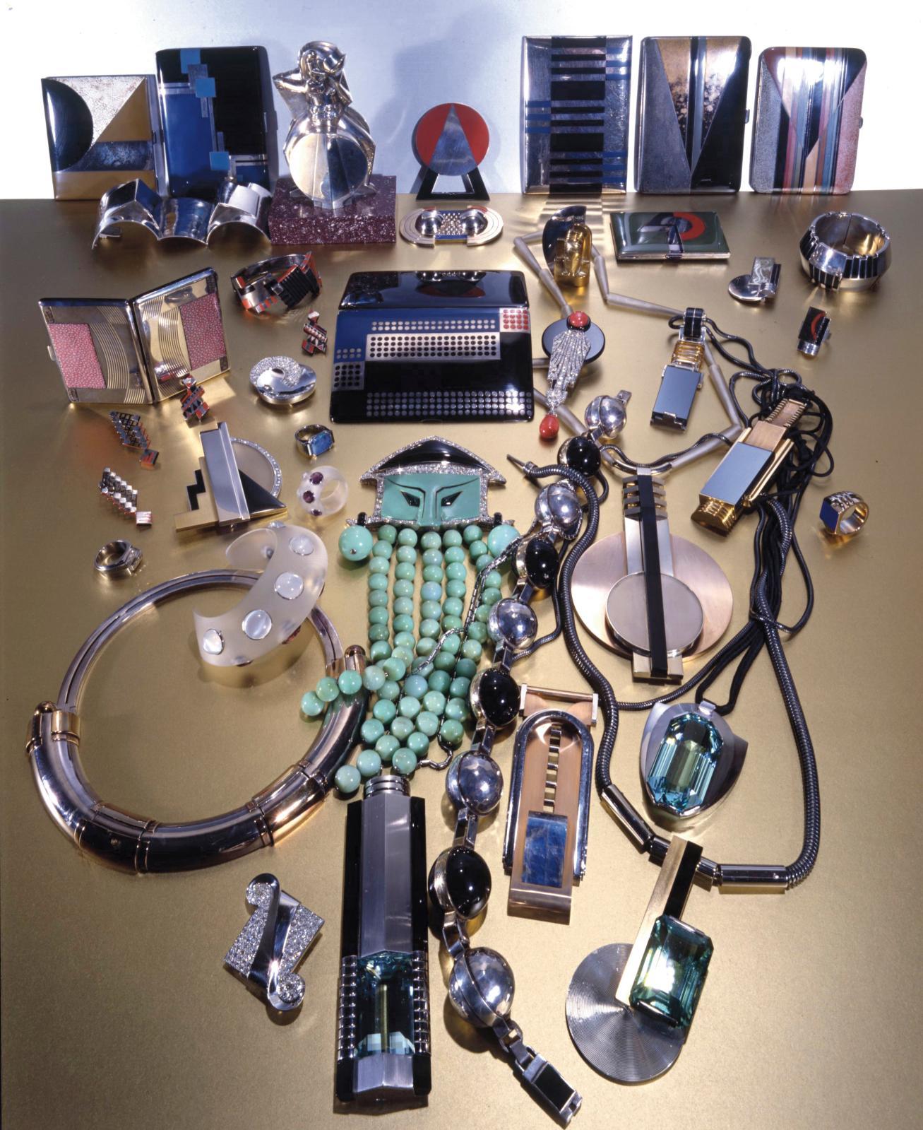 Ces bijoux et étuis à cigarettes – signés Jean Després, Georges Fouquet, Jean Fouquet, Gérard Sandoz, Raymond Templier –, témoins du modernisme de l'e