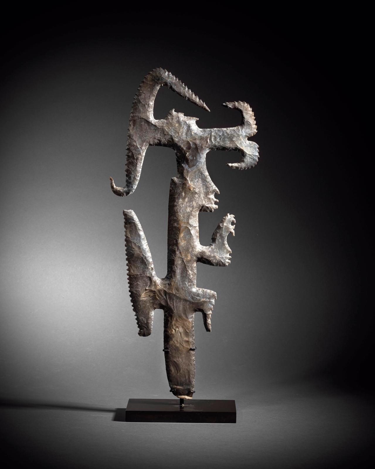 Mexique-Guatemala, culture maya, Classique récent, 600-900. Silex «excentrique», silex brun, h. 39,2cm. Adjugé: 204800€