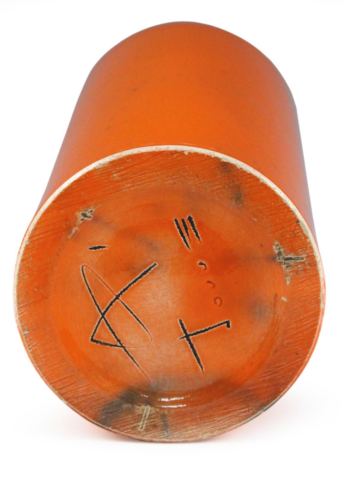 Georges Jouve, vase dit «cylindreen céramique émaillée orange vif et noir, vers 1965, signature et monogramme du signe alpha incisés sous