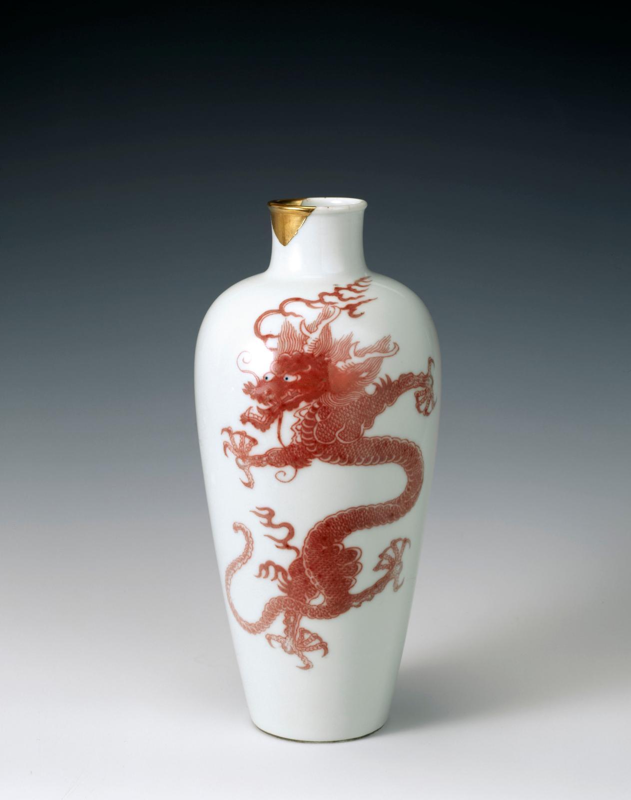 Vase à motif de dragon d'époque Kangxi(1661-1722), porcelaine peinte en rouge de cuivre sous couverte et pupilles en bleu de cobalt, Fondation Baur,