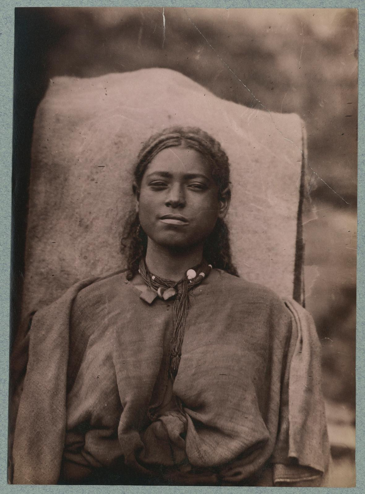 Jules Borelli(1852-1941), Portrait d'une jeune femme, Éthiopie, septembre1885-novembre1888, tirage sur papier albuminé, 16,7x12cm. ©