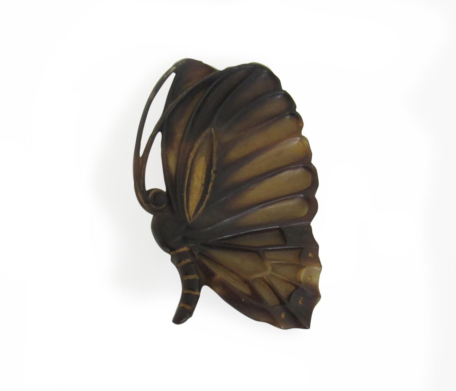 Henri Hamm (1871-1961), bouton art nouveau «Papillon» en corne gravée et métal, années 1910, 7x4,5cm. Acquis par la voie de la préempti