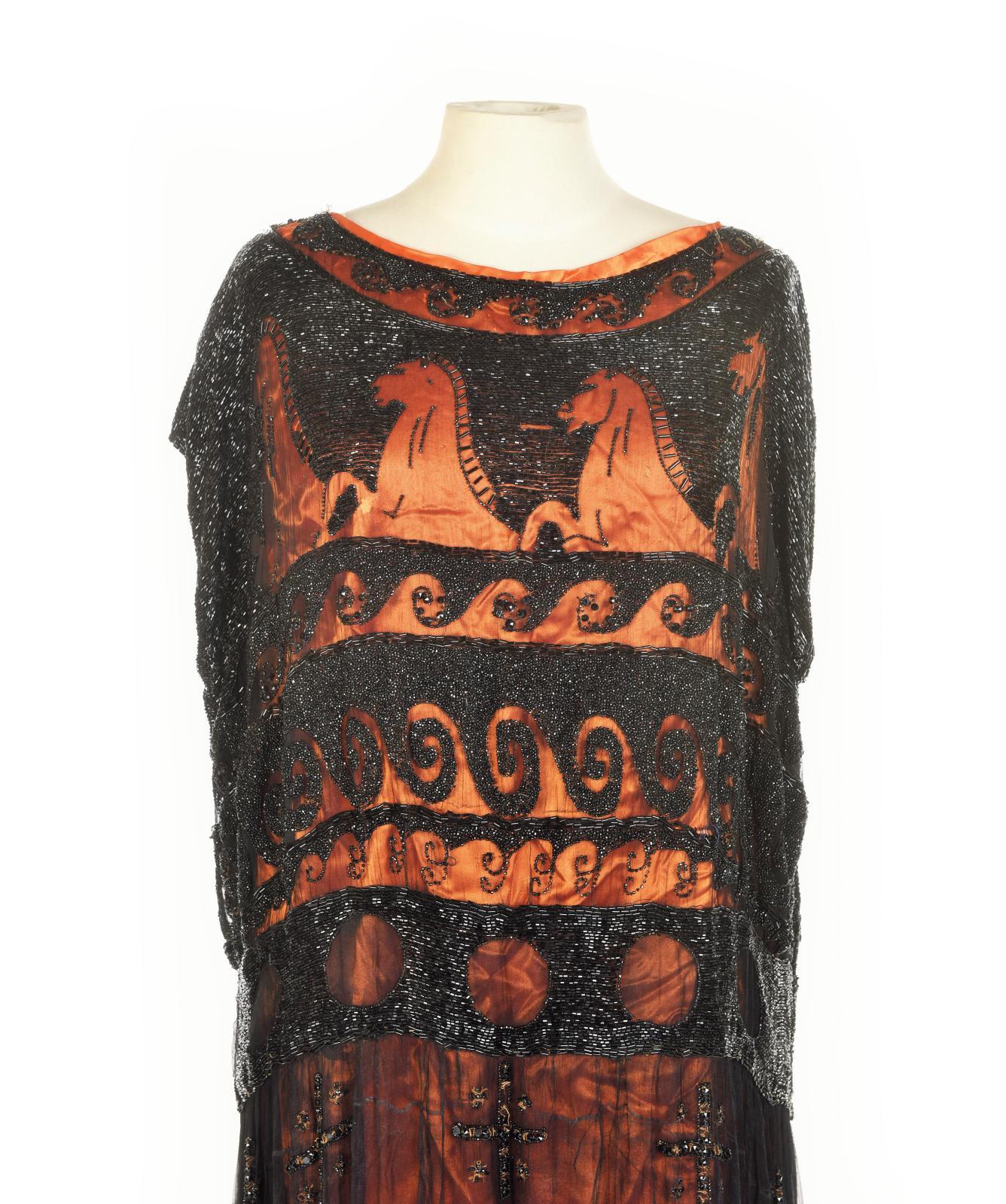 Attribuée à Madeleine Vionnet (1876-1975), robe du soir aux «petits chevaux noirs», vers 1921, crêpe de soie noire entièrement brodé de pe