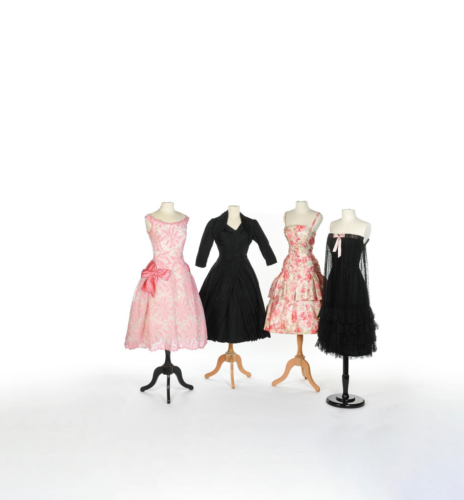 De gauche à droite : Jacques Heim,robe de bal en dentelle rose «Jeunes Filles»,vers1958,dentelle rose sur fond crème. Estimation: 800