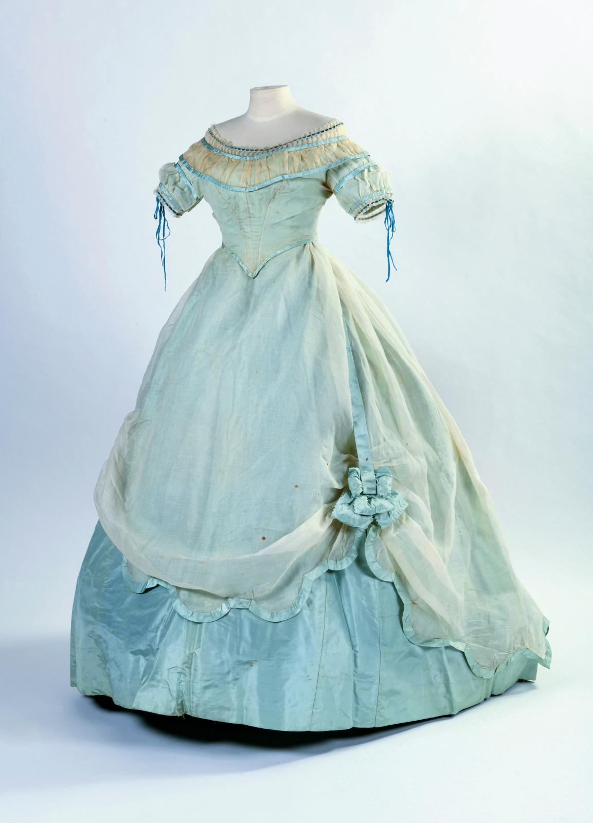 Robe de bal à crinoline projetée en taffetas bleu ciel et voile de coton crème, vers 1862-1865,en deux parties, à corsage pointu et grand