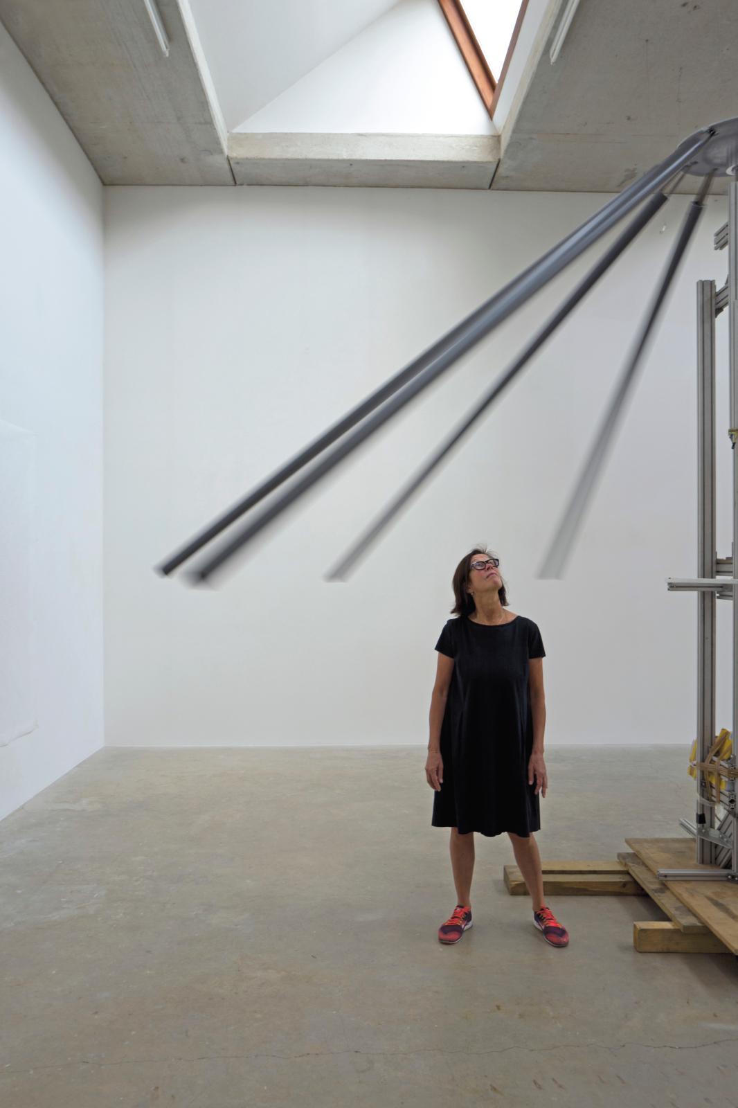 Susanna Fritscher dans son atelier, avec le prototype de Flügel Klingen pour Mondes flottants, XIVeBiennale de Lyon, France, 2017. © Laur