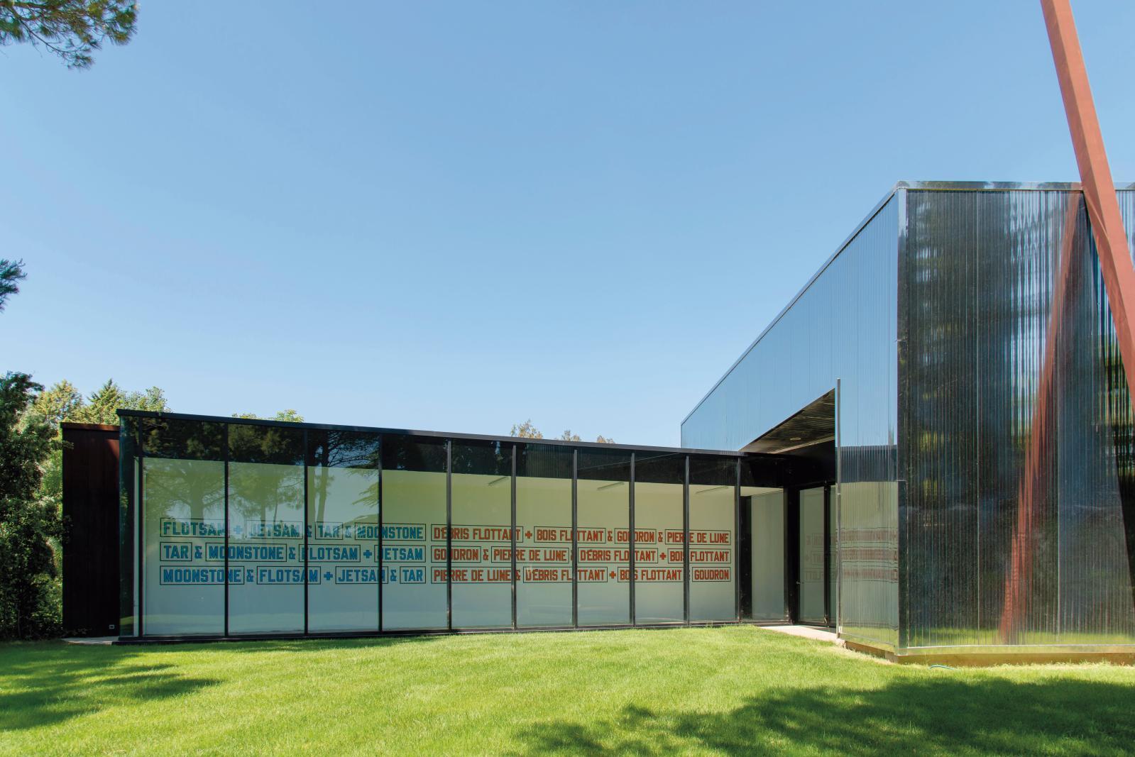 Vue de l'installation de Lawrence Weiner à la Venet Foundation, 2020. © Jerome Cavaliere - Courtesy de Moved Pictures Archive, New York et