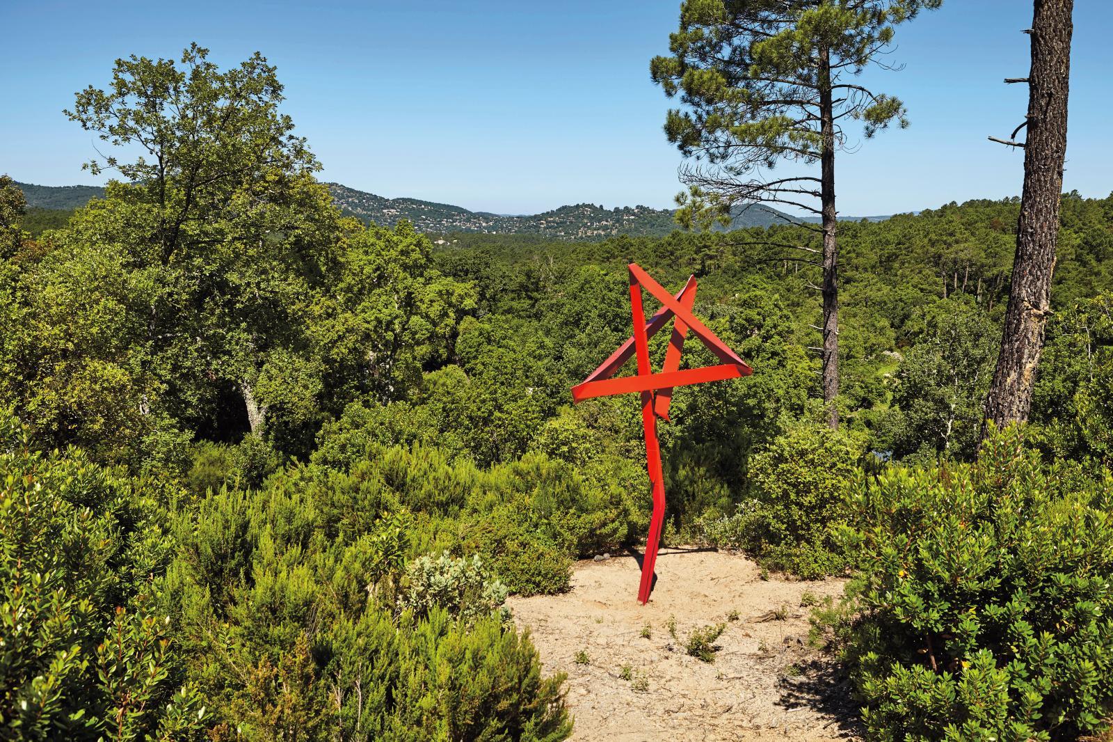 Mark Handforth, Red on Red, 2017, aluminium peint, œuvre unique, 345x165x120cm. Domaine du Muy, Galerie Mitterrand. Photo J.C. Lett