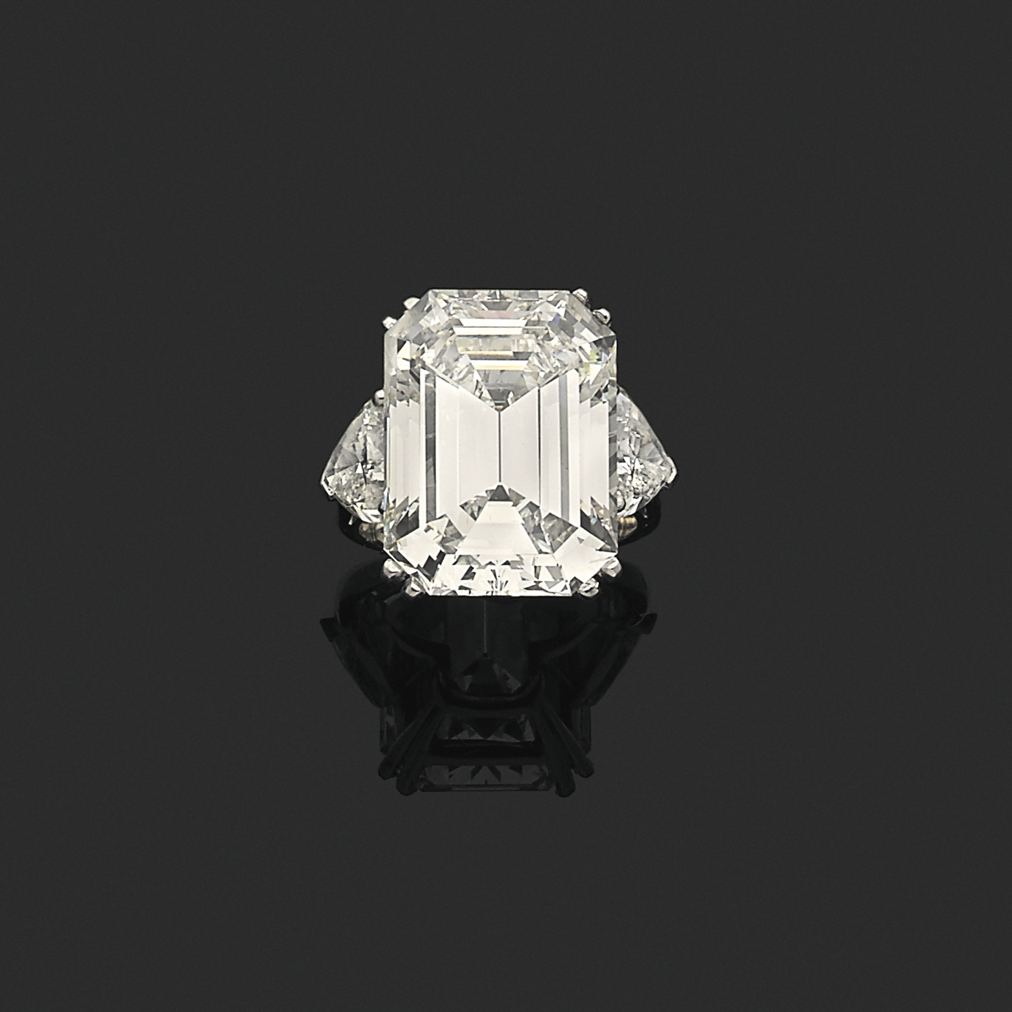 Le clou de ces deux jours de ventes était ce diamant rectangulaire à pans coupés à degrés de 20,46ct, de couleurH et pureté VS1. Il étai