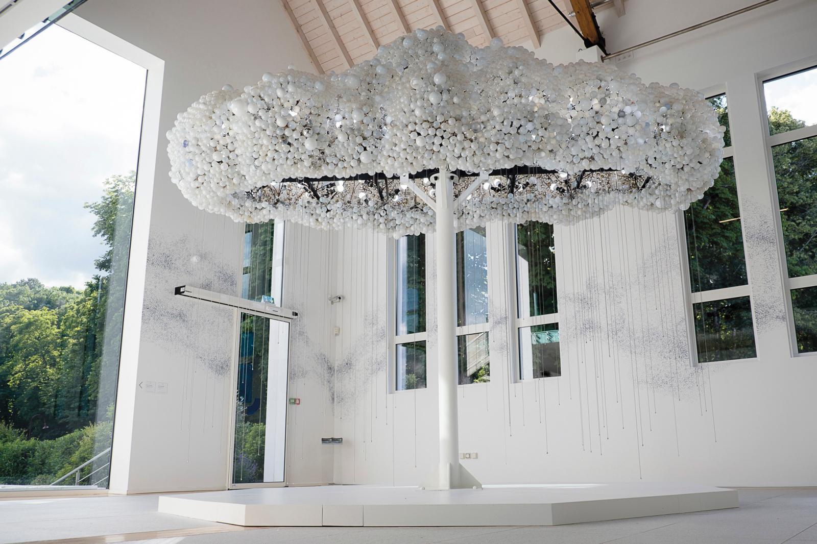 Caitlind Brown & Wayne Garrett, Cloud, 2012, installation composée de 6000ampoules. Courtesy des artistes et fondation François Schneide