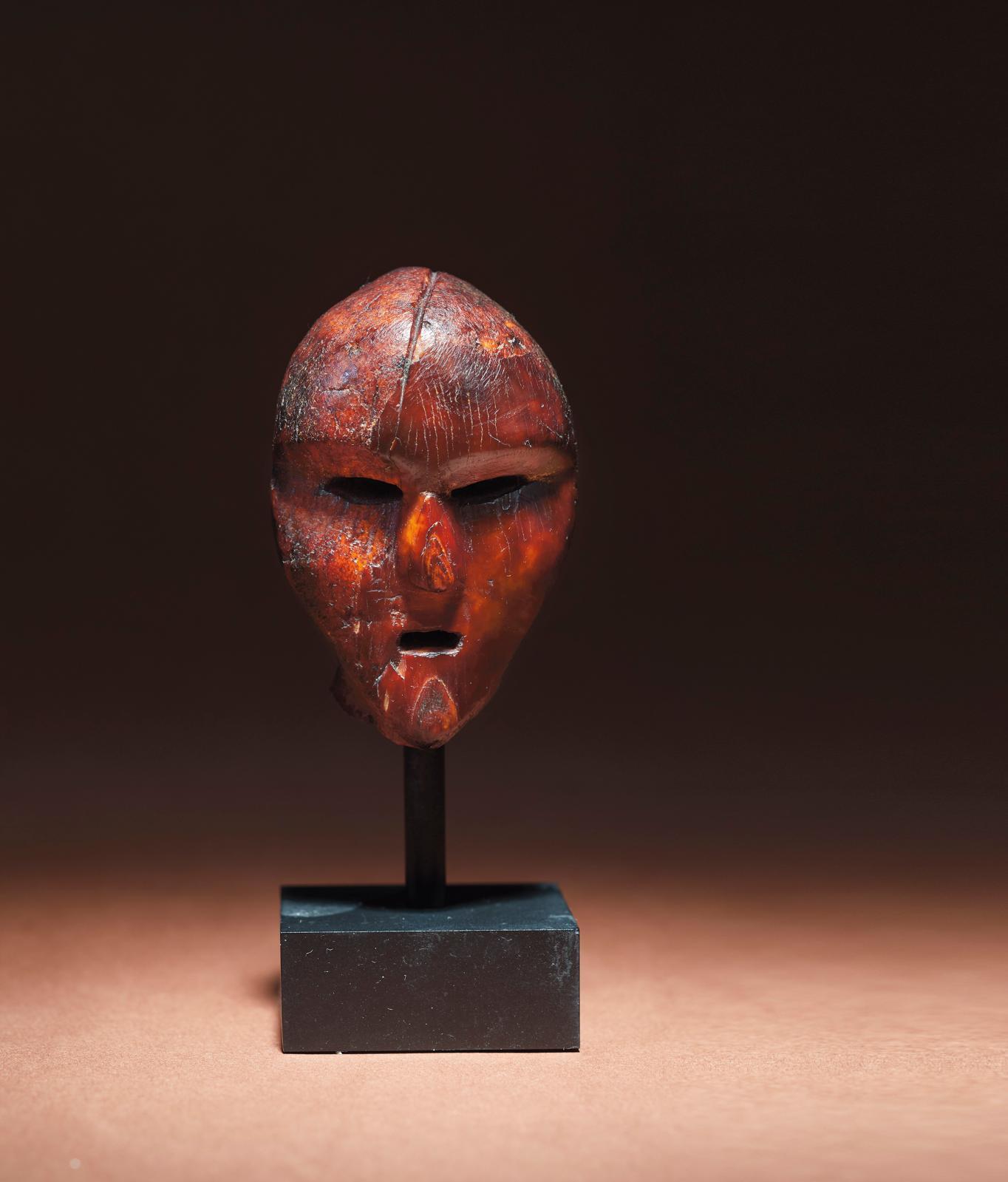Culture Old Bering Sea, Alaska, eskimo archaïque, 100-500, tête sculptée, h. 7.6cm. Galerie Julien Flak. PHOTO DAVID MARLOWE