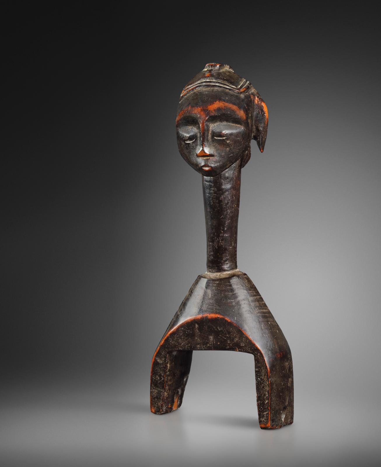 Gouro culture, Côte d'Ivoire, 20th century, pulley, wood, antique shiny black worn patina, brown-red at the corners, h. 20.5 cm. Galerie D