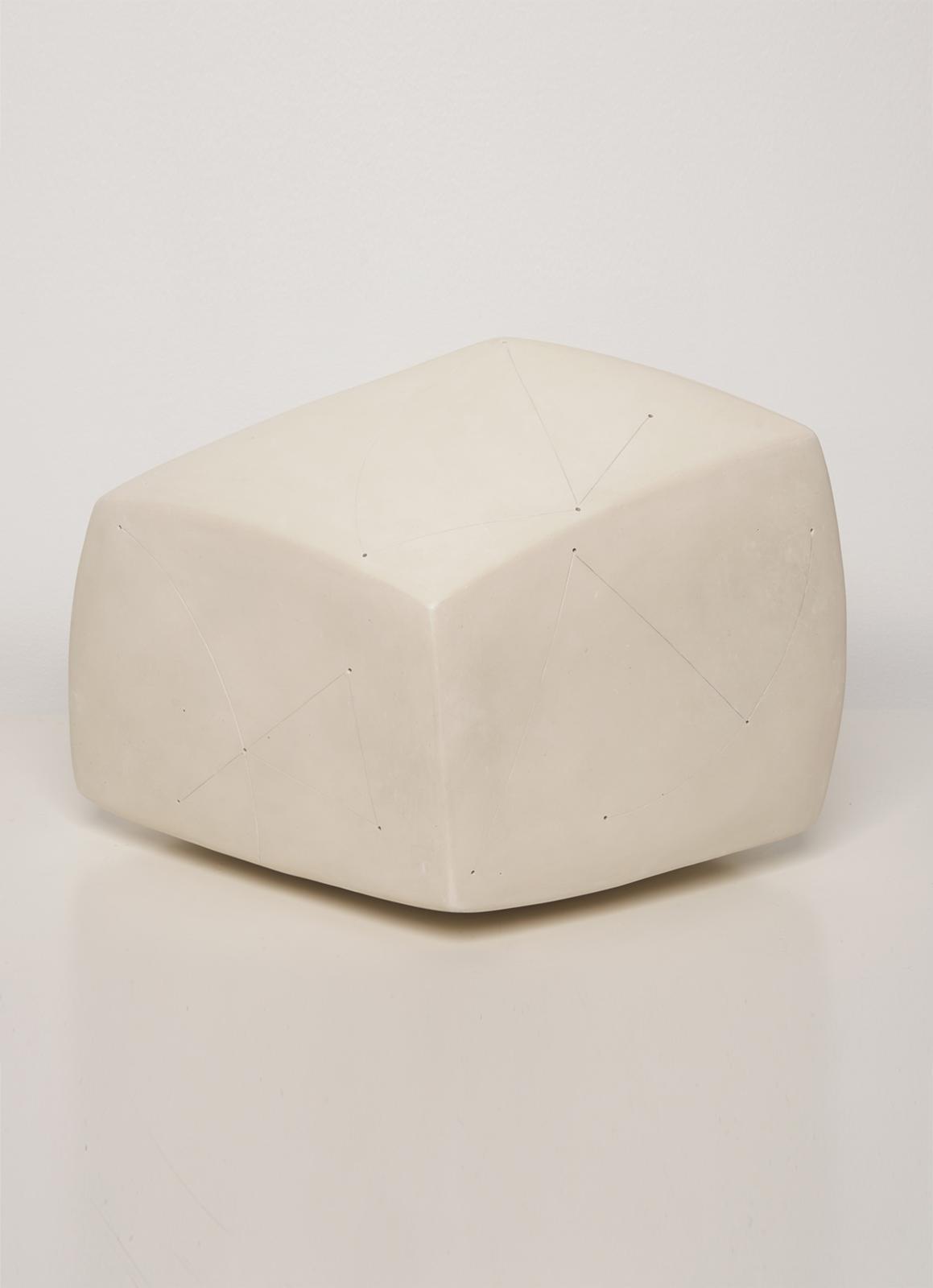 Nadia Pasquer(née en 1940),Cube Blanc Engobe, porcelaine polie, signée, 21x31x31 cm. Photo Louis DÉcamps
