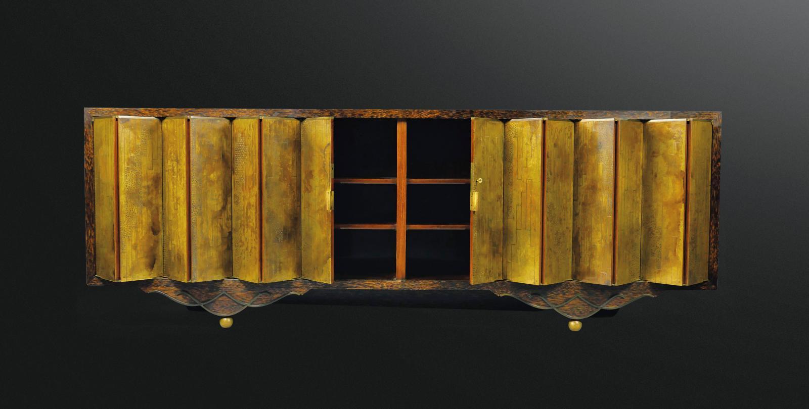 Eugène Printz & Jean Dunand, enfilade en palmier à deux portes accordéonornées de plaques de dinanderie à décor géométrique oxydé à l'aci