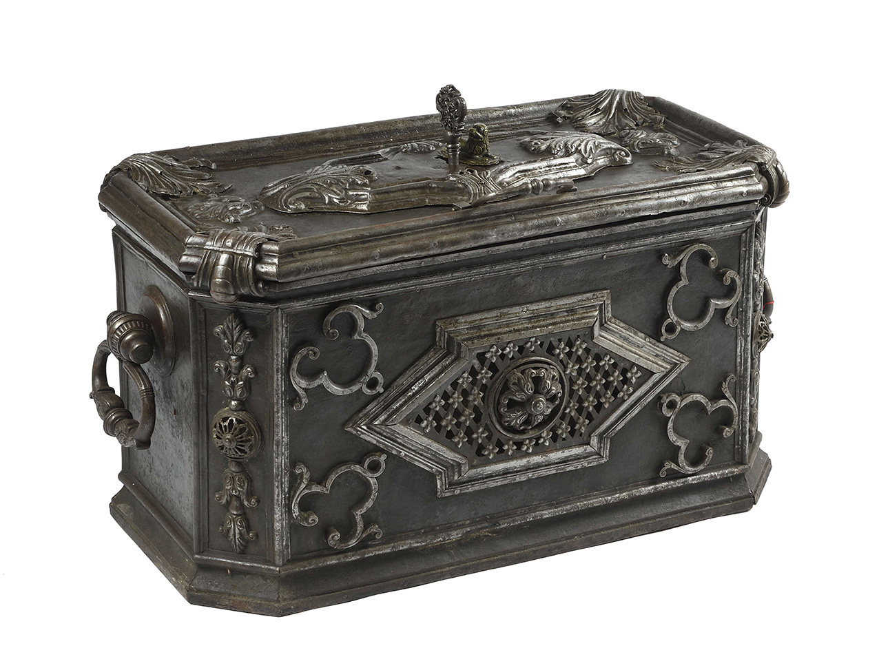 Masterpiece' strongbox, Strasbourg, c. 1730/1740, forged iron, 46 x 82 x 45 cm.Estimate: €20,000 /25,000© MAGNIN WEDRY, Paris, 2020