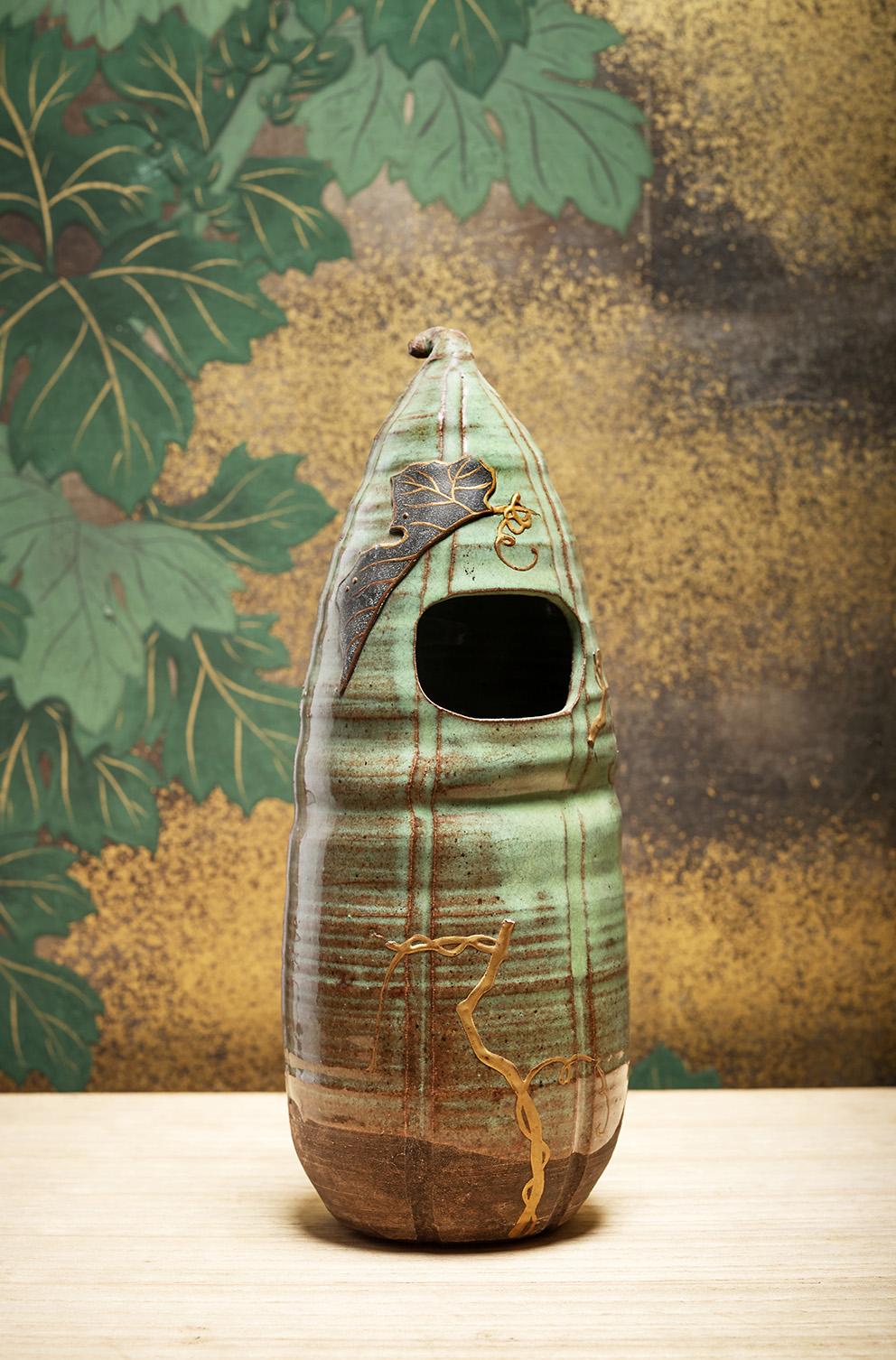 Kyoto, Japan, end of the Edo period (1603-1868), Hanaike (hanging vase) in green enameled ringed stoneware, h. 24.5 cm (Tessier Sarrou & A