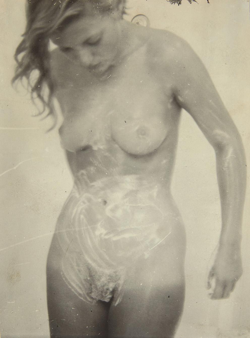 Photographe anonyme. Lee Miller nue sous la douche, tirage sur papier Agfa Brovira, 23,6x16,5cm. Estimation: 1000/2000€