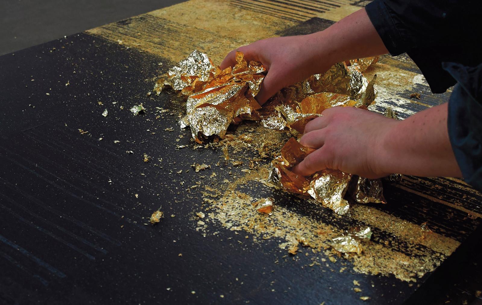 Dans l'atelier Ulgador, travail à la feuille d'or. © Betul Balkan