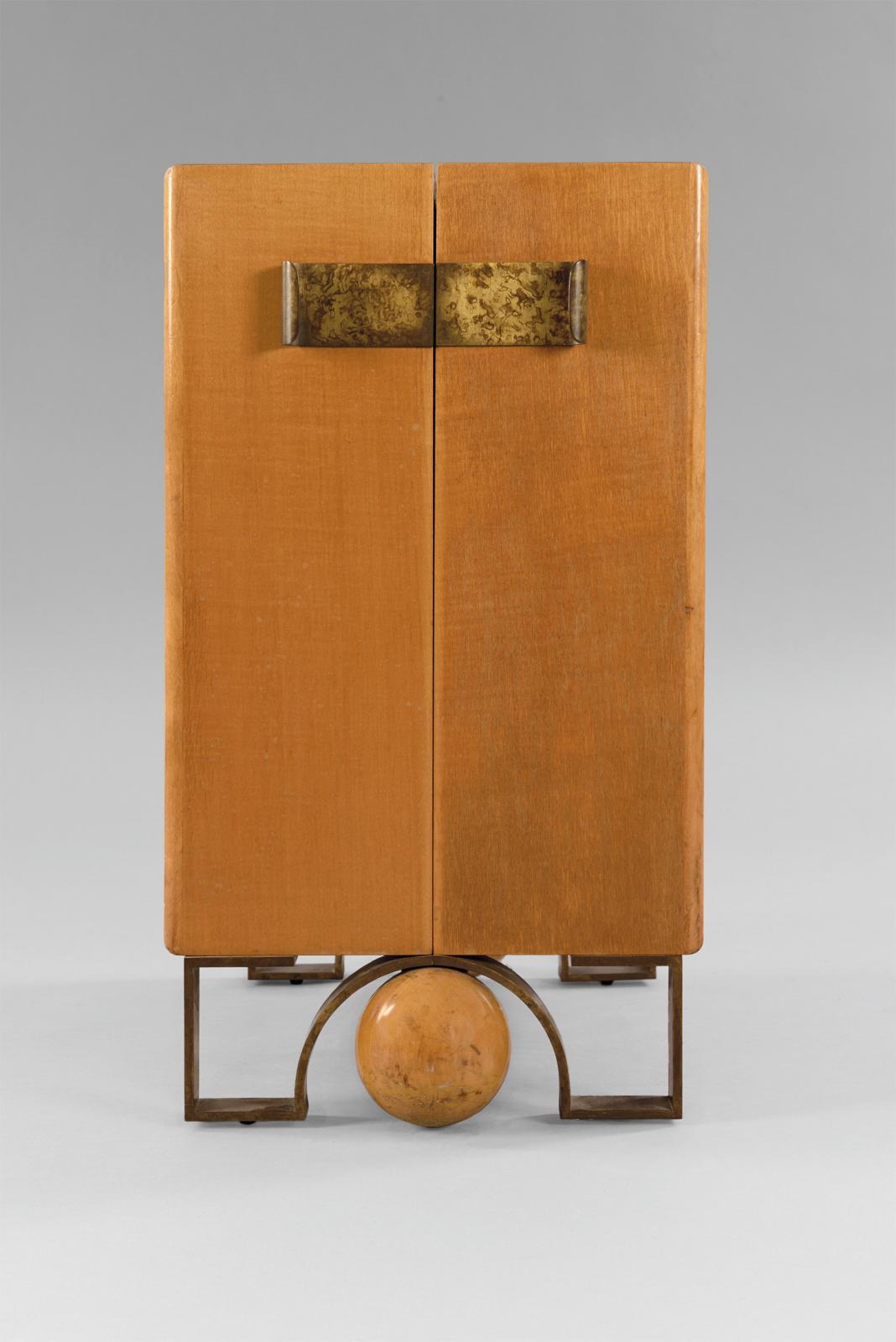 Eugène Printz (1879-1948), petit meuble d'appoint en placage de noyer à corps quadrangulaire, ornementé en façade de deux poignées pleines