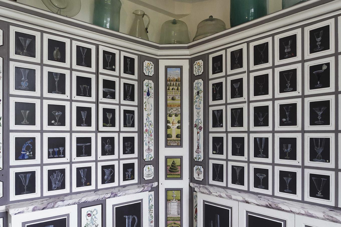 Vue d'ensemble du cabinet de boiserie abritant la collection de verres anciens de Barbara Wirth au château de Brécy.