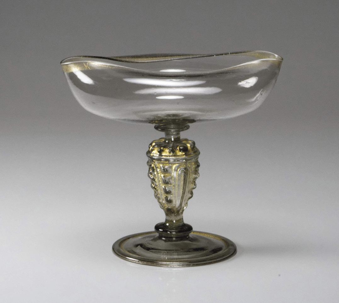 Venise ou façon de Venise, fin du XVIesiècle. Coupe dite «magelei» à rebord doré, reposant sur une jambe creuse en balustre moulé d'un