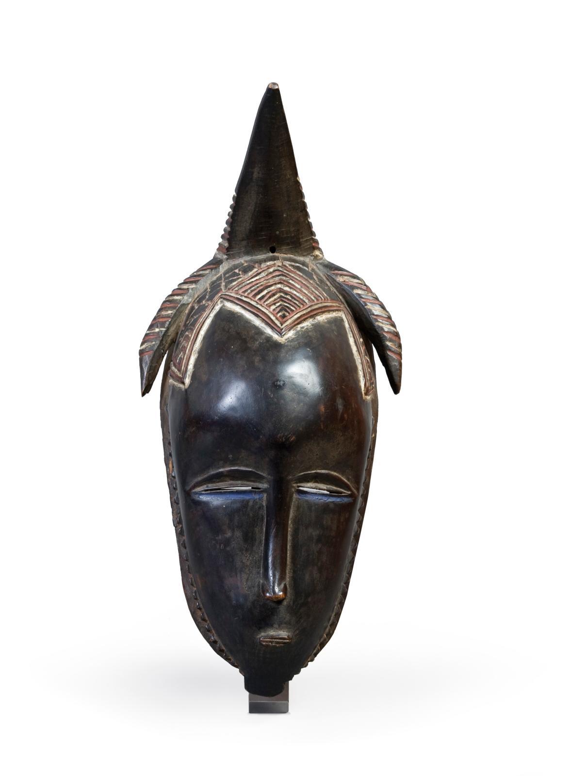 Masque gouro (Côte d'Ivoire), bois poli à patine foncée et polychromie, h.39cm, Troyes, musée d'art moderne, collections nationales Pier
