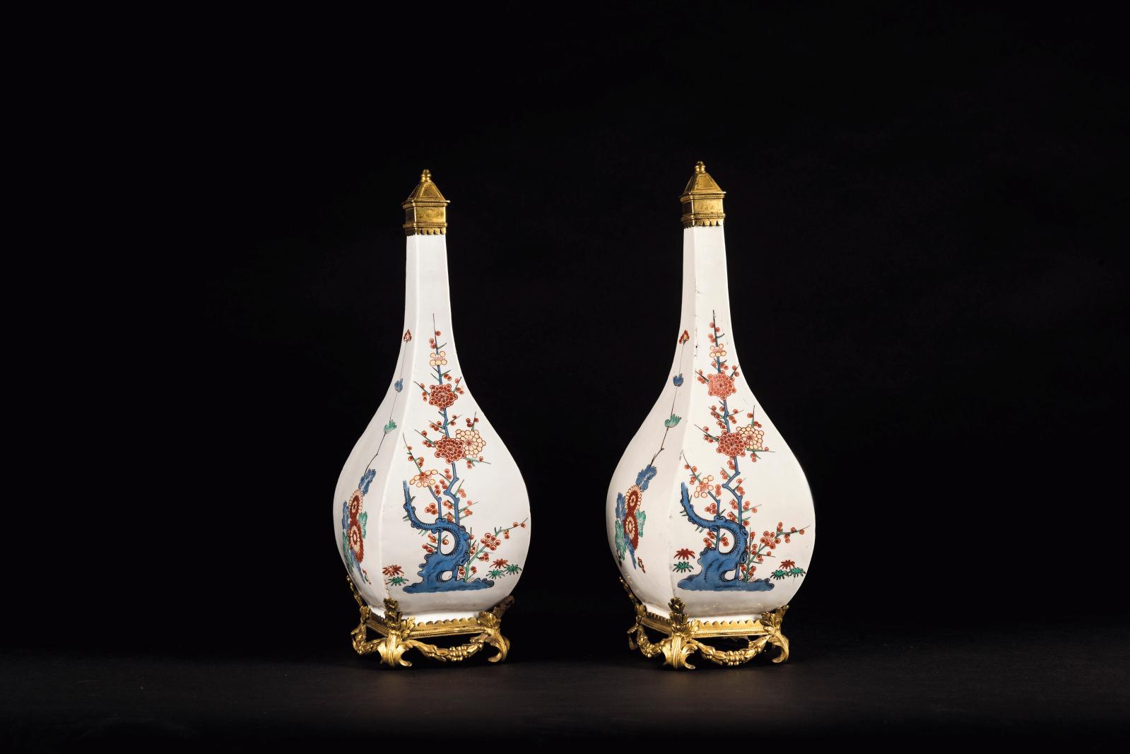 Paire de bouteilles piriformes, vers 1735-1740, porcelaine tendre de Chantilly à décor kakiemon, manufacture de Chantilly, 28 x 9,2 cm, co