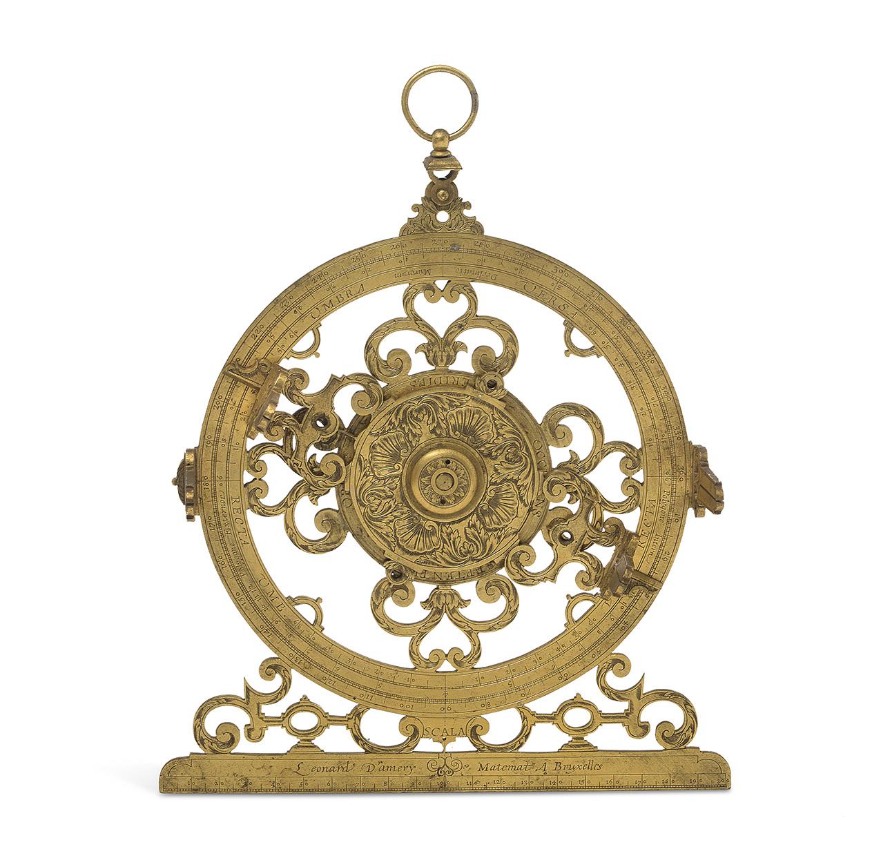 Bruxelles, XVIIesiècle. Cercle d'arpentage en laiton doré, découpé de volutes feuillagées et de coquilles gravées, division en degrés, ta