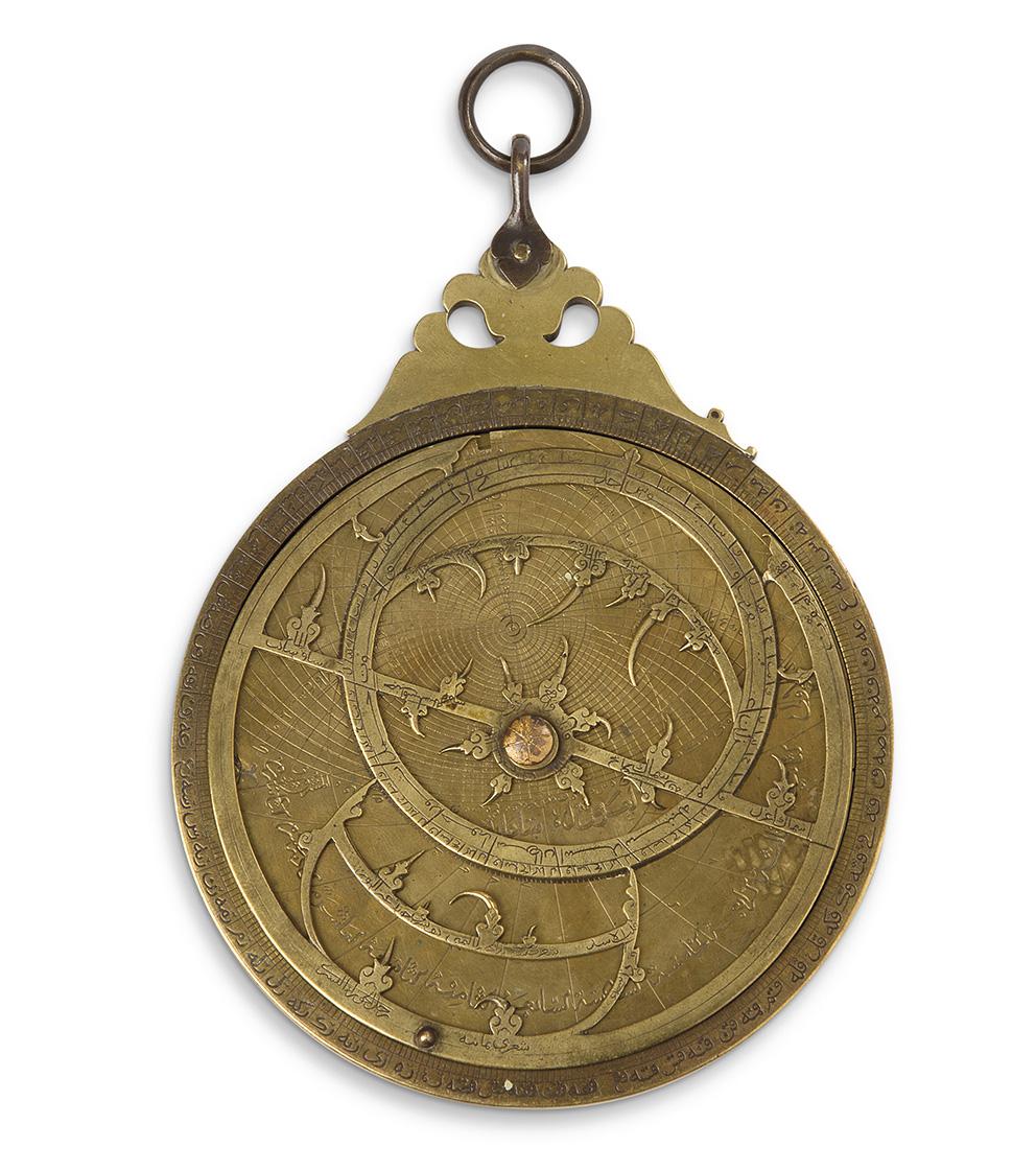 Astrolabe islamique persan en bronze et laiton, la mère recèle cinq tympans doubles faces et une table, les plaques contiennent des valeur