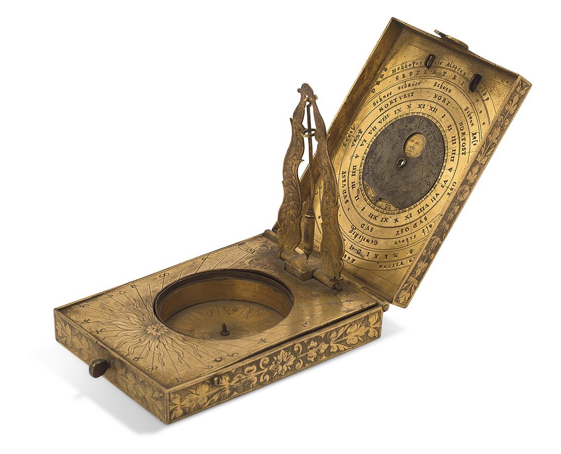 XVIesiècle, Alexius Schniep. Cadran solaire diptyque rectangulaire en laiton doré, daté1584, signé «Horho pas fecit Alexius Schniep»,