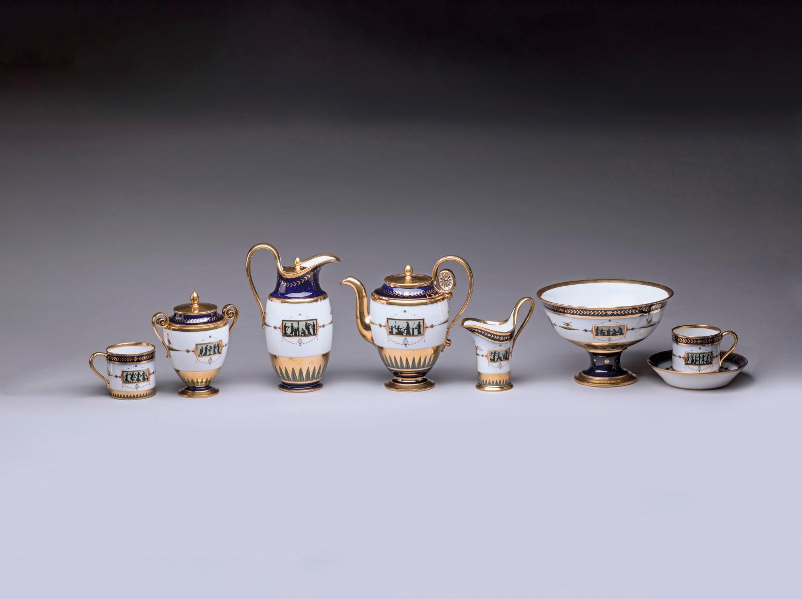 Sèvres, 1803-1804, cabaret pour le service de bouche de l'Empereuren porcelaine dure, composé de dix-sept pièces, décor peint par Christo