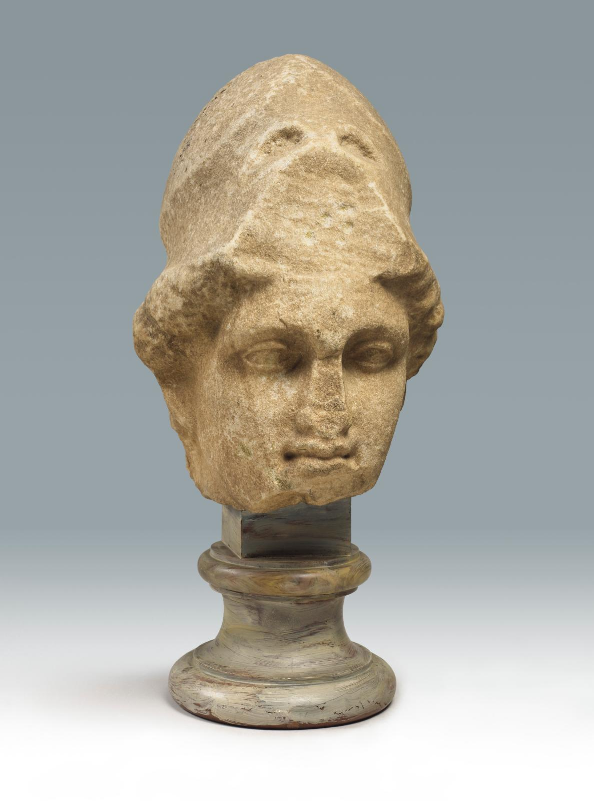 Tête d'Athéna casquée, copie d'après un original grec du Vesiècle av.J.-C., origine indéterminée, époque romaine, marbre de Proconnèse e