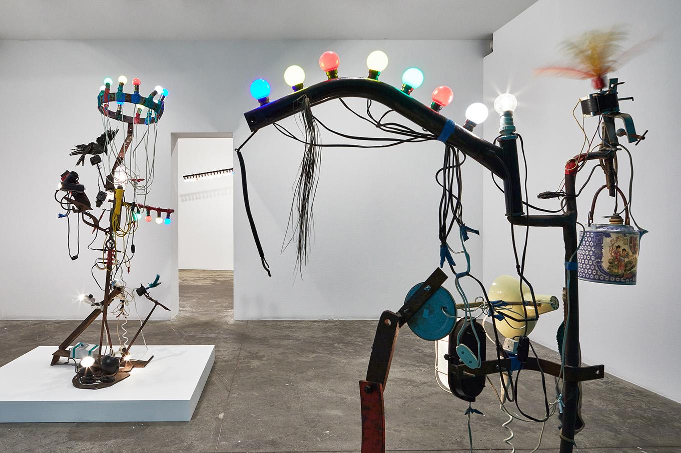 Exhibition view ?« Jean Tinguely, Bricolages & Débri(s)collages », 2019.Photo: Aurélien Mole ; Courtesy Galerie GP & N Vallois, Paris