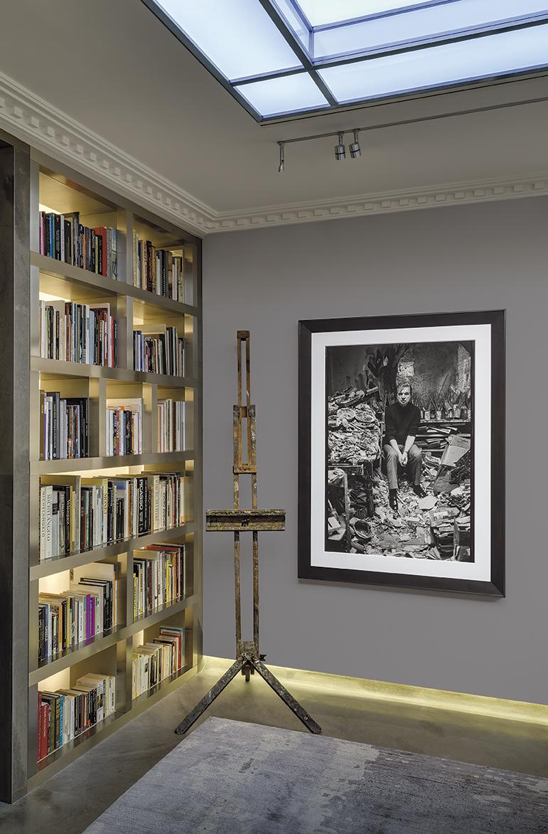 La fondation Bacon, avec une photographie de l'artiste dans son atelier de Londres (1977). © CARLOS FREIRE (MB ART COLLECTION)