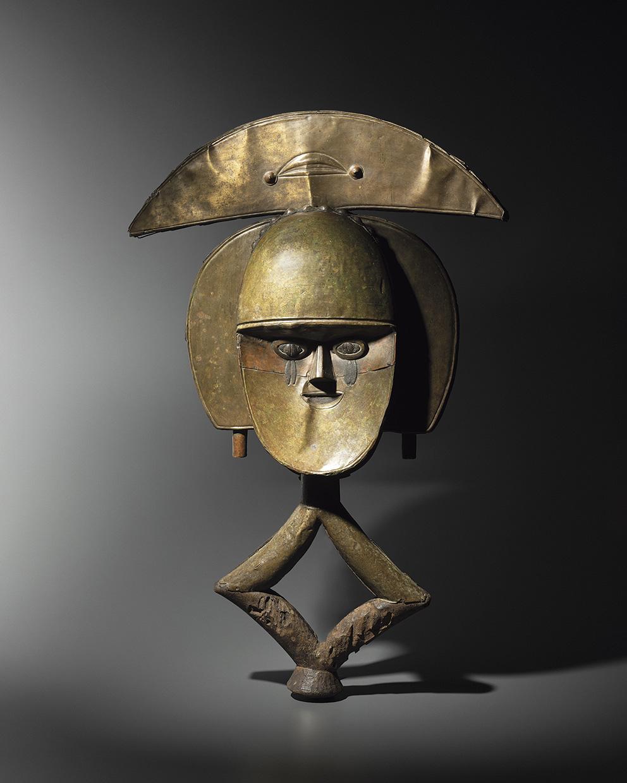 Cette figure de reliquaire mbutu-viti collectée par un médecin français dans le Haut-Ogoué (Gabon oriental), 67x43,3x13cm, au début d