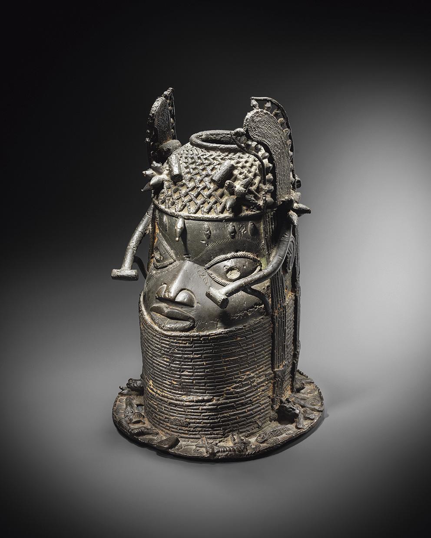 C'est entre 130000 et 150000€ qu'il faudra engager pour s'offrir cette représentation en bronze d'un oba – dirigeant du royaume du Béni