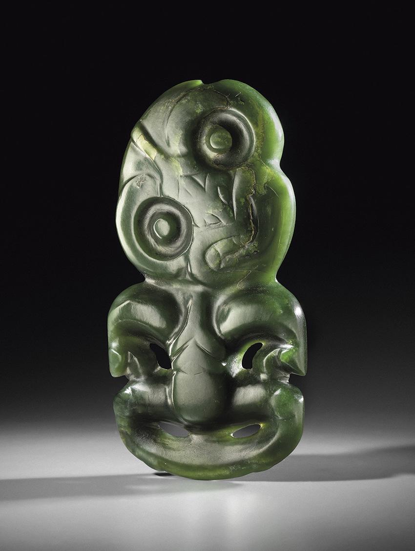 À 100000/150000€, l'estimation de ce pendentif hei-tiki (Nouvelle-Zélande, probablement XIXe siècle, h.14,2cm) est à la hauteur de la