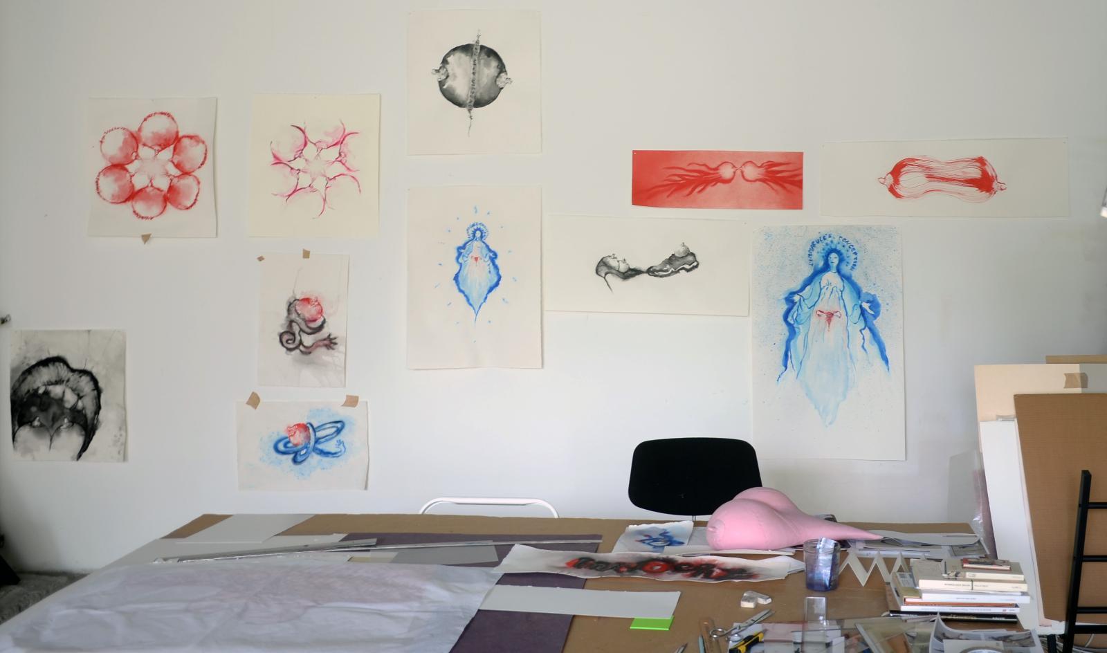 Le bureau de l'artiste, avec les œuvres en cours.