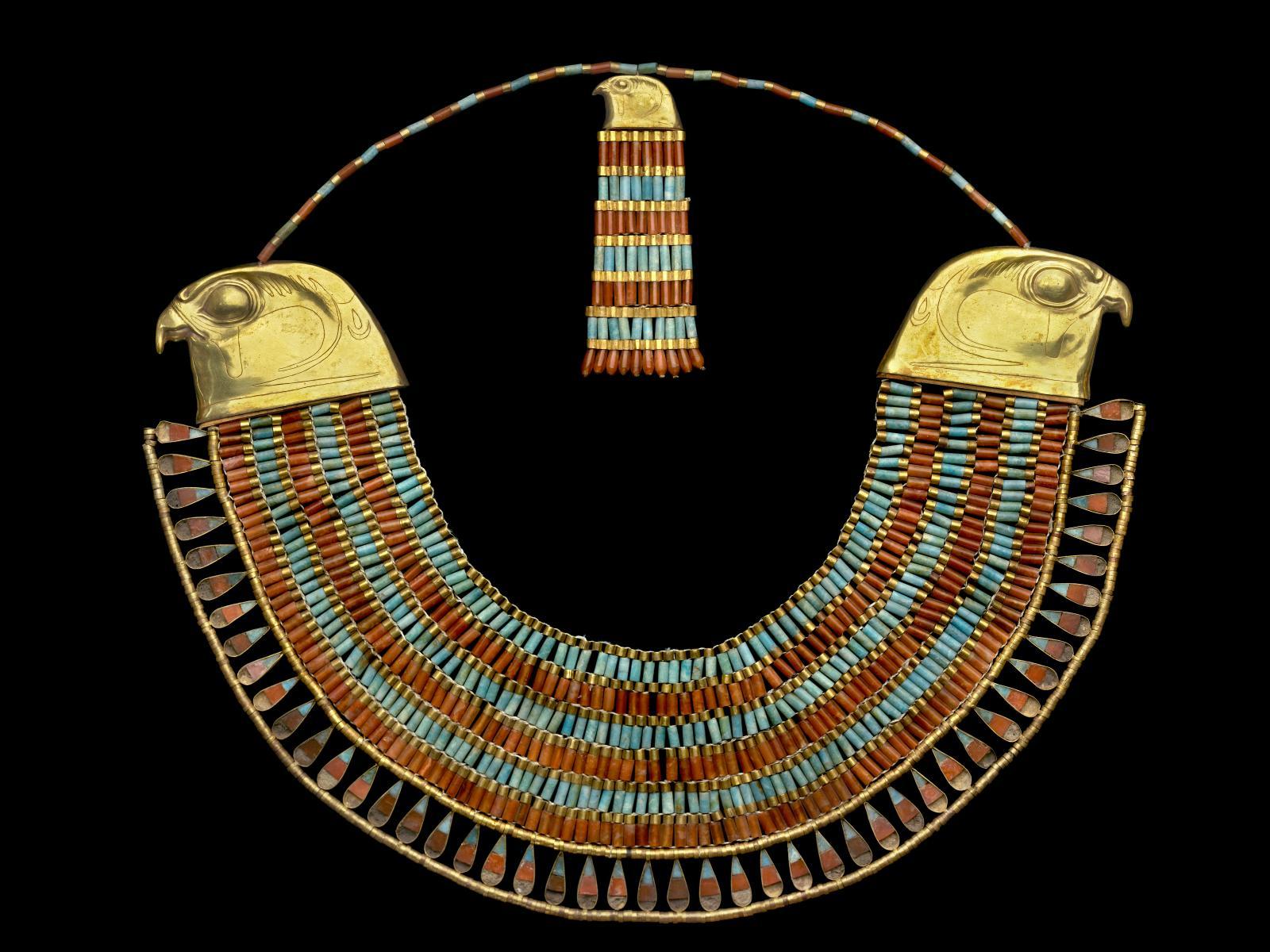 """Collier large """"ousekh"""" à contrepoids, Hawara, pyramide de Néferouptah, XIIe dynastie, règne d'Amenemhat III. Musée égyptien, Le Caire."""
